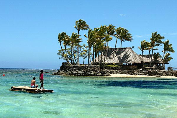 斐濟是一個位於南太平洋的群島國家。它的夏日,遊客可以享受充足的陽光、靜謐的海水以及晶白的沙灘。圖為斐濟珊瑚海岸。(TORSTEN BLACKWOOD/AFP)
