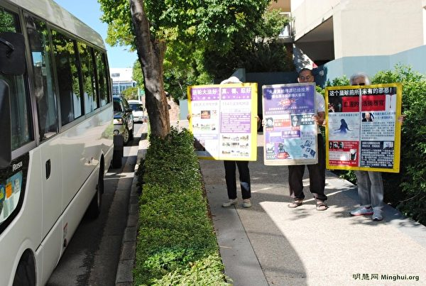 法輪功學員在澳洲布里斯本中國城舉展板,向中國遊客講真相。(大紀元)