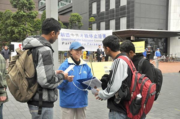 新西蘭退出中共組織的義工在向中國民眾勸退,並揭露中共活摘法輪功學員器官真相。(易凡/大紀元)