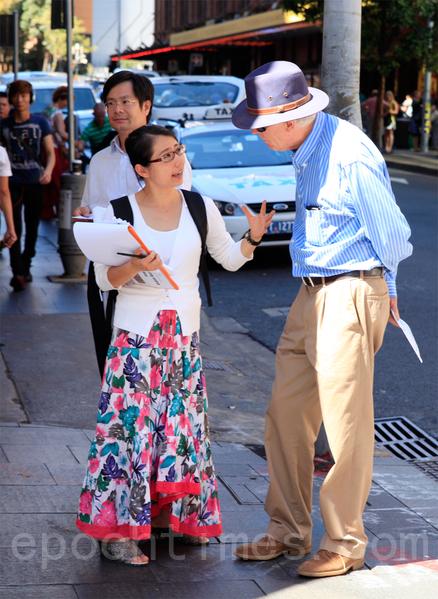 2014年3月22日星期六,在悉尼市中心喬治大街舉辦了悉尼聲援1億6千萬中國人「三退」的集會活動,令在澳洲的民眾感到震驚。圖為瞭解真相的澳洲人。(袁麗/大紀元)