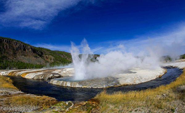 喜歡接觸大自然的戶外旅行家,一定會愛上如詩如畫的黃石公園(Yellowstone)。黃石公園是世界自然遺產,也是美國和世界上第一座國家公園。圖為公園中的間歇溫泉。(KAREN BLEIER/AFP/Getty Images)