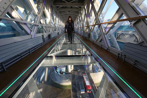 2014年11月10日,一名游客走在伦敦塔桥新的玻璃走道上。(Peter Macdiarmid/Getty Images)