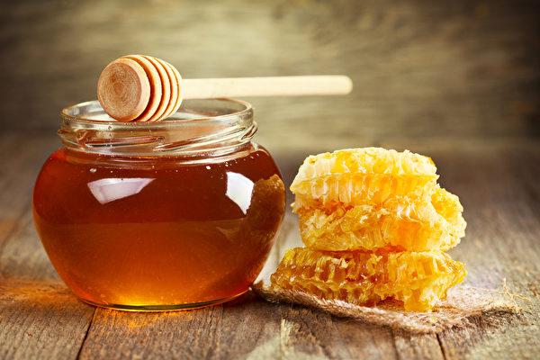 喝蜂蜜水好處很多,《神農本草經》把蜂蜜列為有益於人的上品,若能與其他食物或中藥搭配使用,則能發揮更多的食療和藥療作用。(Fotolia)