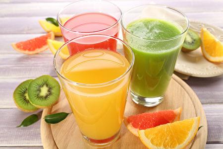 新鲜果汁用的木桌上的水果(fotolia)
