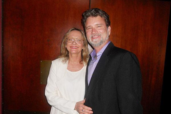3月27日晚,奧蘭多芭蕾舞團藝術總監Larry Rayburn同妻子Lori Rayburn觀看了神韻世界藝術團在奧蘭多鮑勃卡爾表演藝術中心的演出。(攝影:蕭財英/大紀元)