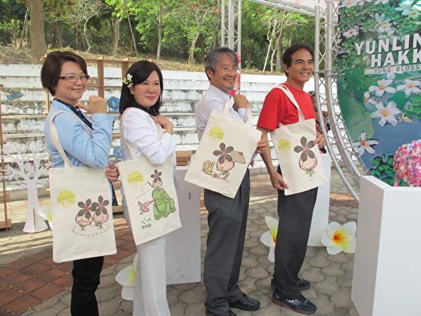 副县长张皇珍(左二)和古坑乡长(左一)展示桐花的文创商品。(廖素贞/大纪元)