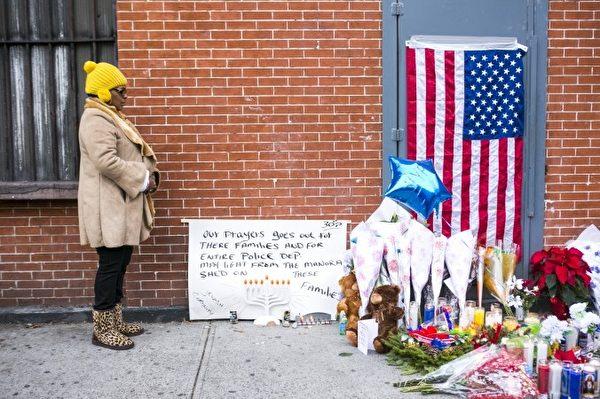 記者Annie Wu現場報導紐約人悼念兩名被殺警官的新聞獲得編輯報導一等獎。(英文大紀元)
