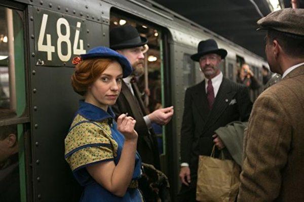 《大紀元》攝影師Benjamin Chasteen拍攝紐約古董火車紀念活動中一名穿著復古服飾的女子,而獲得特寫攝影獎的頭獎。(記者Benjamin Chasteen/攝影)