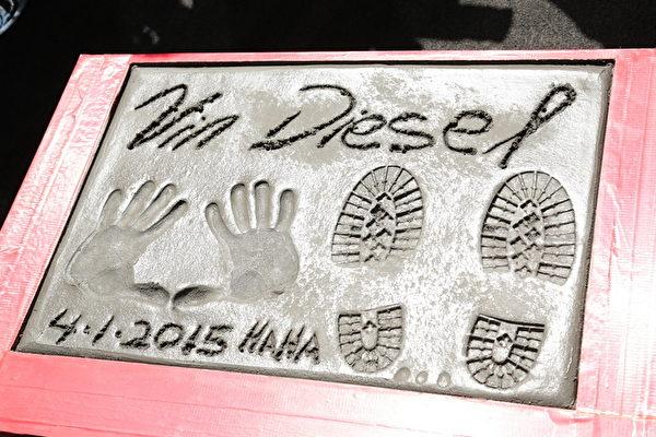 《玩命關頭》系列電影中,飾演唐老大的馮迪索,美國時間4月1日於洛杉磯中國戲院前的星光大道開心蓋下手印、腳印和簽名。(UIP提供)
