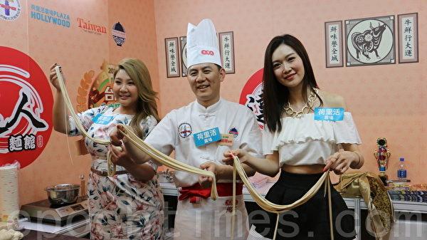 叶翠翠(右)和郑欣宜4月3日在香港九龙荷里活广场为台湾牛肉面活动做宣传。(王文君/大纪元)