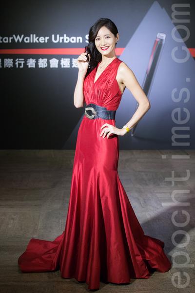 藝人Janet(謝怡芬)4月7日在台北出席活動走秀展演高級名筆,她表示:「我是很傳統的人,非常喜歡書寫的感覺。」(陳柏州/大紀元)