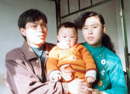 孙玉华女士,37岁,2003年3月被劫持到辽宁省女子监狱二大队二小队。恶警指使杀人犯孙丽杰等人对孙玉华拳打脚踢,并把大便塞在她嘴里。1个月后孙玉华被活活打死。图为孙玉华一家。(明慧网)