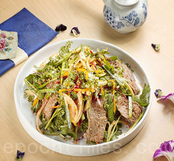 主厨特制前菜:凉拌蔬菜牛肉。(张学慧/大纪元)