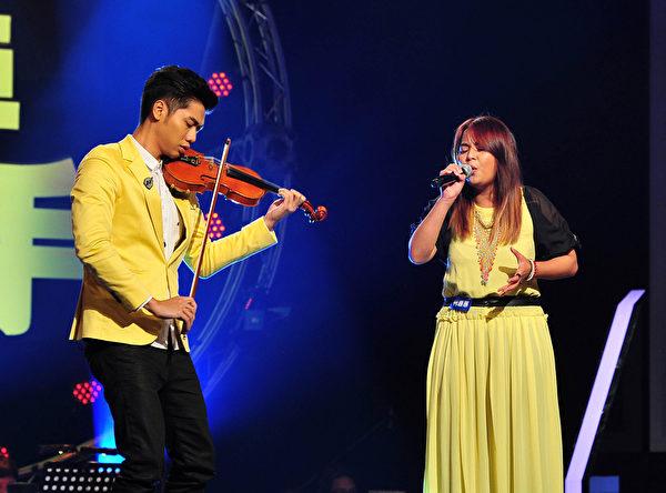 蔡旻佑(左)与队员柯嘉惠。(台视提供)