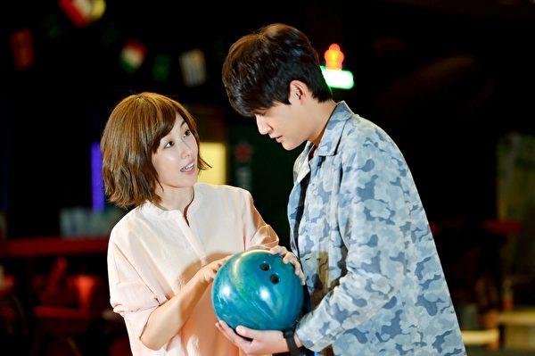 """李维维(左)《好想谈恋爱》中扮演""""大龄女""""与男星陈乃荣合作。(三立提供)"""