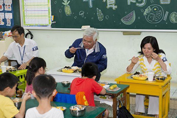 县长李进勇20日与云林国小小朋友共进蔬食午餐,勉励小朋友多吃在地蔬食。(云林县府提供)
