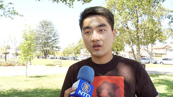 上海男孩錢程寬在4月18日蒙市市府前的慶三退 (退出中共黨團隊) 集會上實名三退。(鄭浩/大紀元)
