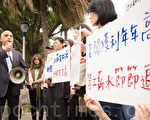 """全国联合总工会率领多名工会领袖与成员,22日在立法院门口抗议,并高喊""""老板获利年年高、劳工薪水节节退""""等口号,抗议立委阻挡修法。(陈柏州/大纪元)"""