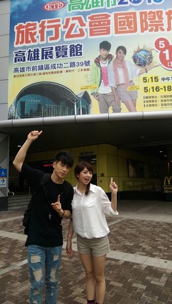 JR、阿喜與自己的巨型看板合照。(天晴音樂提供)