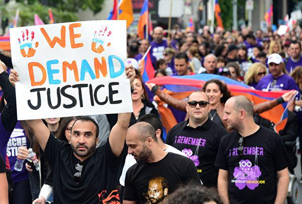 2015年4月24日,在洛衫磯的亞美尼亞人遊行紀念大屠殺100週年。(FREDERIC J. BROWN/AFP)