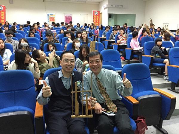 桃園市服務站主任林萬益(左)參與「多元文化幸福講座」活動。(徐乃義/大紀元)
