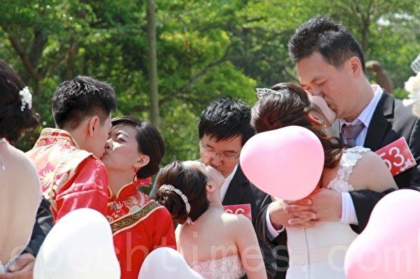 苗栗桐花婚礼,每对佳偶拥抱热吻,现场洋溢浪漫气息。(许享富 /大纪元)