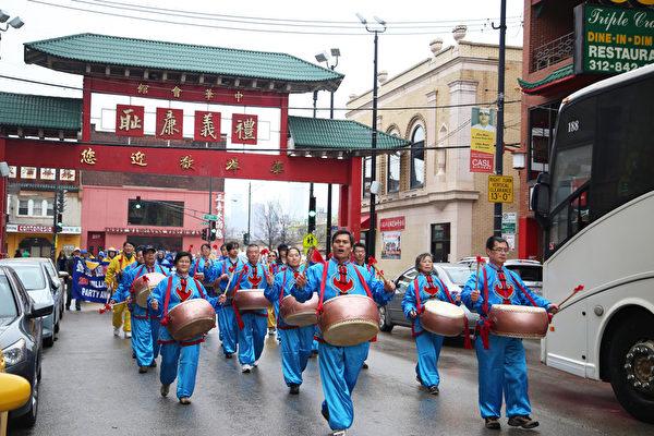 """2015年4月25日中午,法轮功学员在芝加哥中国城举行""""声援两亿人三退""""的游行活动,图为堂鼓队。(王松林/大纪元)"""