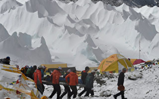 遭雪巴向导洗劫 登山客幸运逃过强震