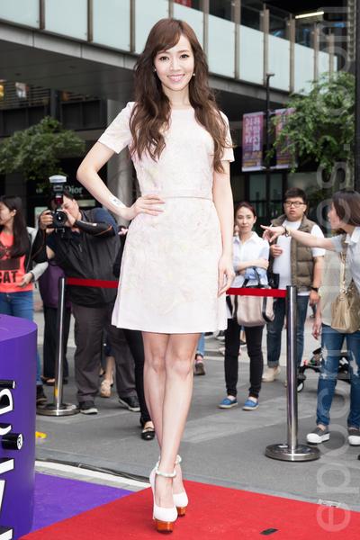藝人侯佩岑4月28日在台北出席代言活動,聊起生子後最大的改變就是為母則強,希望老公黃伯俊送什麼禮物?她甜笑稱:「他已經送我最好的禮物了。」(陳柏州/大紀元)