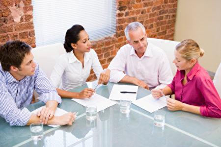 一些話題不屬於辦公室。要是不小心觸碰或被別人聽到,可能會成為你工作的阻礙。(fotolia)