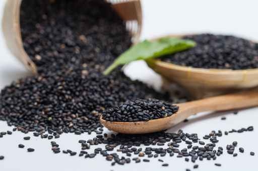 黑芝麻又稱胡麻仁,性甘平,補益精血,潤燥滑腸。(Shutterstock)
