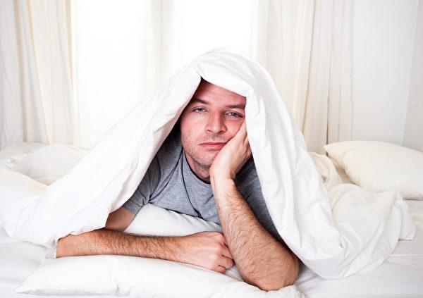 人在睡前也會因為焦慮而難以合眼,躺在床上卻睜開眼睛,結果失眠。 (fotolia)