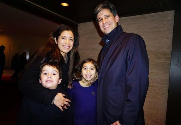 2015年1月10日晚间,摩根大通(J.P. Morgan)常务董事Marlon Bustos带着妻子和一双儿女观看神韵演出。(潘美玲/大纪元)