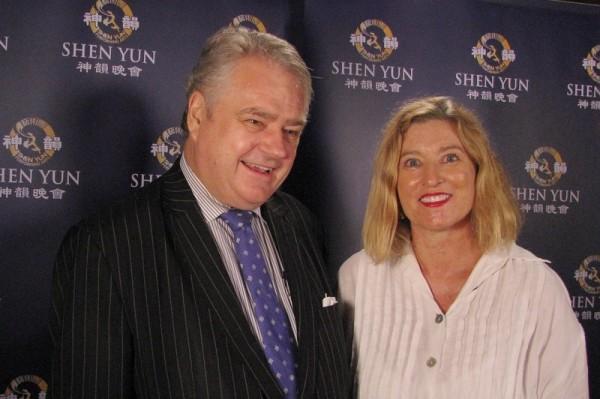 2月12日晚,公司总裁Keith Suter博士和朋友在悉尼帝苑剧院观赏了神韵演出。(新唐人)