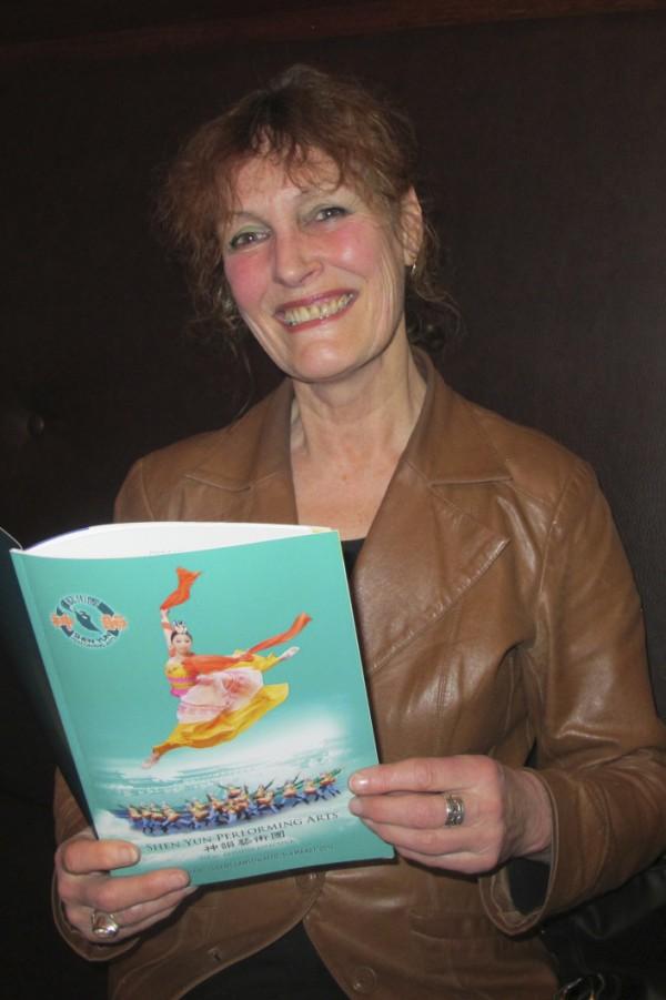艺术家Diana Handstede被神韵所展现的美好和所传递的信息深深震撼,她说,神韵在传达来自宇宙极高之处的神圣信息。(麦蕾/大纪元)