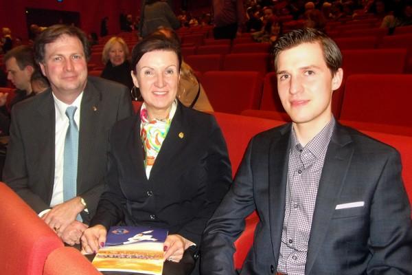 Habsburg皇室家族后裔Habsburg-Lothringen夫妇与儿子一起观赏神韵国际艺术团于3月10日在维也纳城市剧院的演出。Habsburg-Lothringen夫妇说他们已成为神韵粉丝。(安然/大纪元)