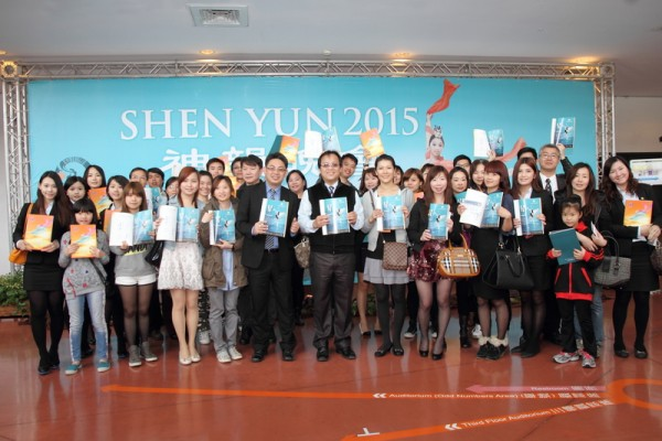 日新开发建筑团队执行长魏木忠(前排中)带领40名公司主管与员工一起观赏神韵。(梁淑菁/大纪元)