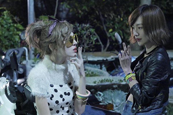 许玮甯(左)演出朱天文文学作品《世纪末的华丽》造型夸张。(公视提供)
