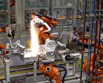机器自动化程度越来越高,是否有一天会取代人?图为宝马汽车生产线。(ANDREW COWIE/AFP/Getty Images)