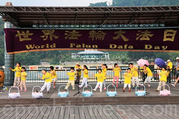 中区明慧学校纯真的小弟子以活泼可爱的带动唱向民众展现法轮大法的美好。(廖平风/大纪元)