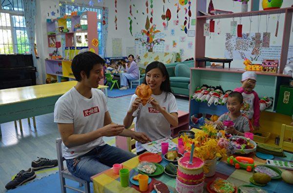 王力宏与太太李靓蕾跟孩童们互动。(宏声音乐提供)