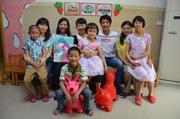 王力宏特别选在母亲节当天探望失去双亲的孩童。(宏声音乐提供)