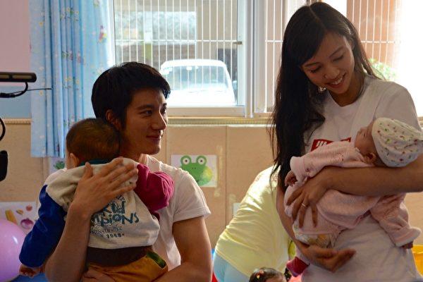 王力宏偕老婆李靓蕾 母亲节探访育幼院