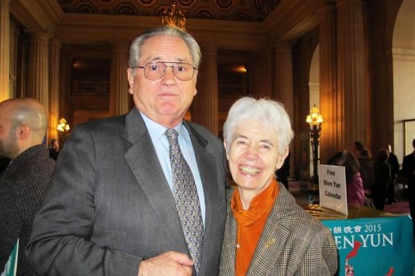 旧金山歌剧院董事Jayne Davis女士(右)与先生Peter Davis一起观看了1月11日下午的神韵晚会。(梁欣/大纪元)
