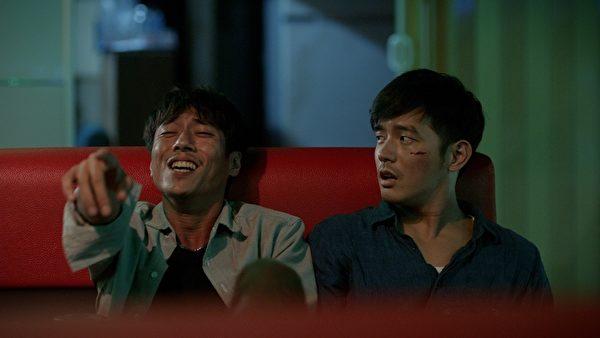 《菜鸟》剧照,饰演菜鸟员警的宥胜(右)与老成世故的学长庄凯勋(左)形成对比。(台北电影节提供)