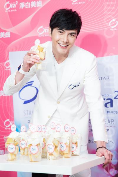 藝人謝佳見5月15日在台北出席一日店長活動,曾夢想當甜點師傅的謝佳見,現場示範做甜點。(陳柏州/大紀元)
