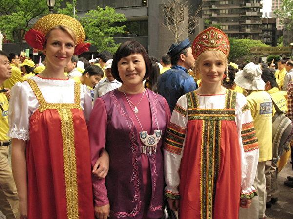 """法伊娜女士(中)和另两位来自俄罗斯的法轮功学员参加了2015年""""法轮大法日""""纽约大游行。(张小清/大纪元)"""