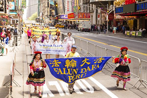 5月15日,8千多名来自全世界50多个国家200多个地区的部分法轮功学员齐聚纽约市曼哈顿,沿着纽约中心42街,举行声势浩大的游行,游行队伍从联合国出发,经大中央车站,时代广场,至中领馆结束。(爱德华/大纪元)