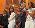 在白宮8年的生活已經走過一多半,對於離開白宮後的生活打算,美國總統奧巴馬夫婦還沒有特別的想法,然而一向嗅覺靈敏的媒體已經從他們往日的言談中揣摩出他們未來的生活方向。圖:2013年12月15日,奧巴馬一家慶祝白宮內佈置的聖誕樹。 (Martin H. Simon-Pool/Getty Images)