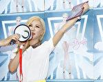 利菁发挥购物女王专长,用大声公跟现场粉丝搏感情,推销CD炒买气。(无限延伸音乐提供)